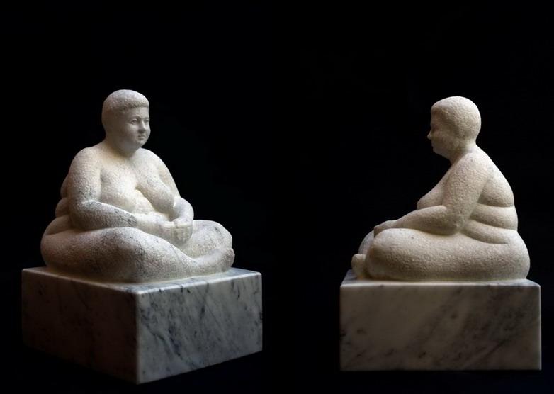 Figur aus Carrara Marmor, Sitzender weiblicher Akt, Bildhauer Reinhold Bauer