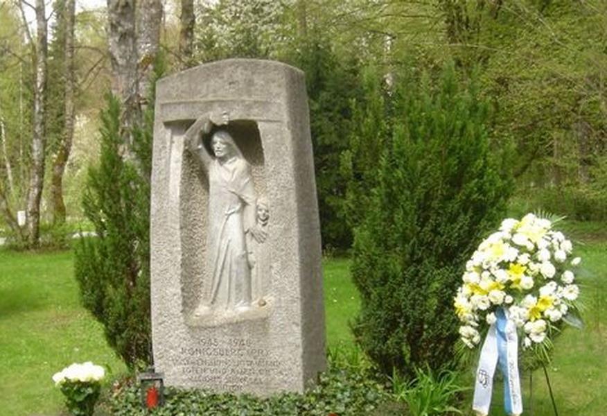 Rauwolf Grabmal Waldfriedhof München Bildhauer Rauwolf